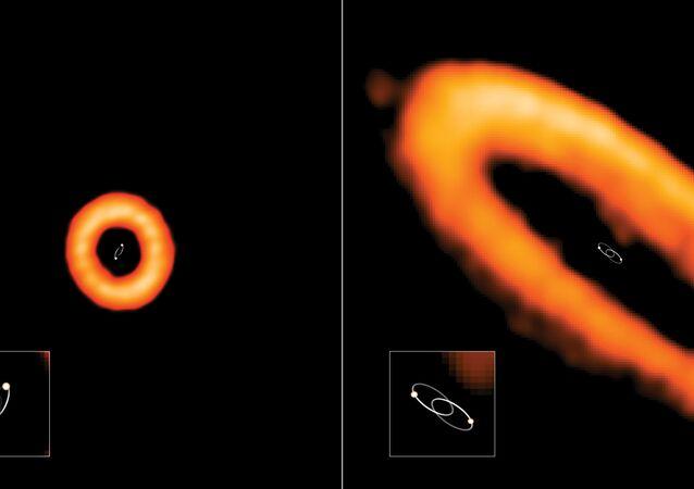 Duas órbitas capturadas pelo telescópio ALMA. Na esquerda, o disco está desalinhado com estrelas binárias internas. As estrelas estão orbitando uma à outra há 315 dias. Já na direita, o disco está alinhado com a órbita de suas estrelas binárias. As estrelas estão orbitando umas às outras em 13,6 dias