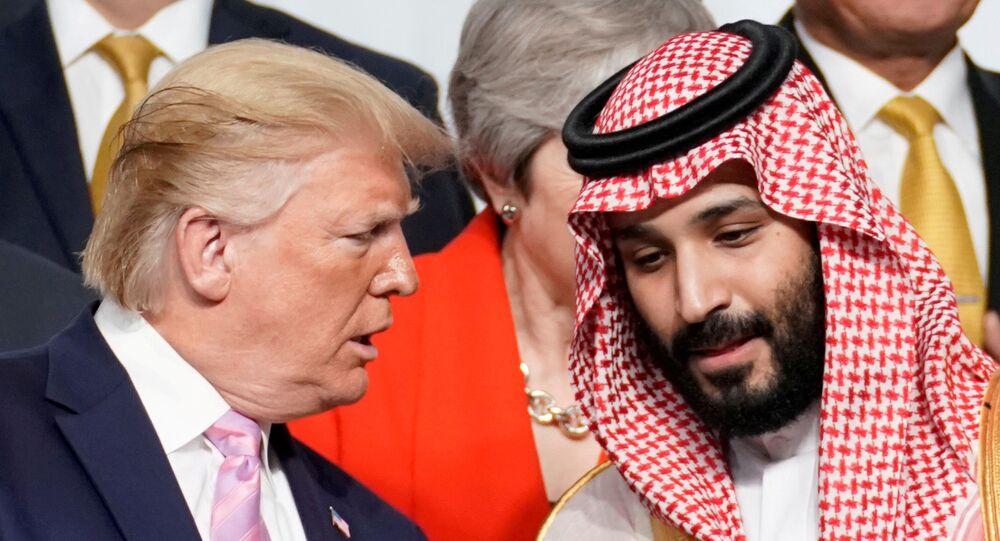 Presidente norte-americano Donald Trump fala com príncipe saudita Mohammed bin Salman durante cimeira dos líderes do G20 em Osaka, Japão (foto de arquivo)