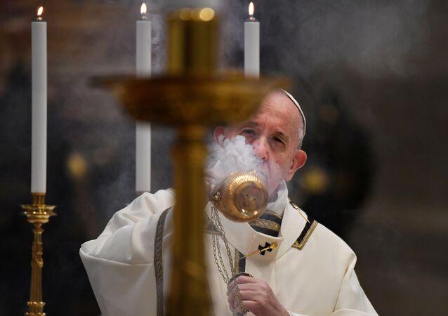 Papa Francisco celebra missa de Páscoa com a tradicional bênção na Basílica de São Pedro, no Vaticano, sem a presença de fiéis, 12 de abril de 2020