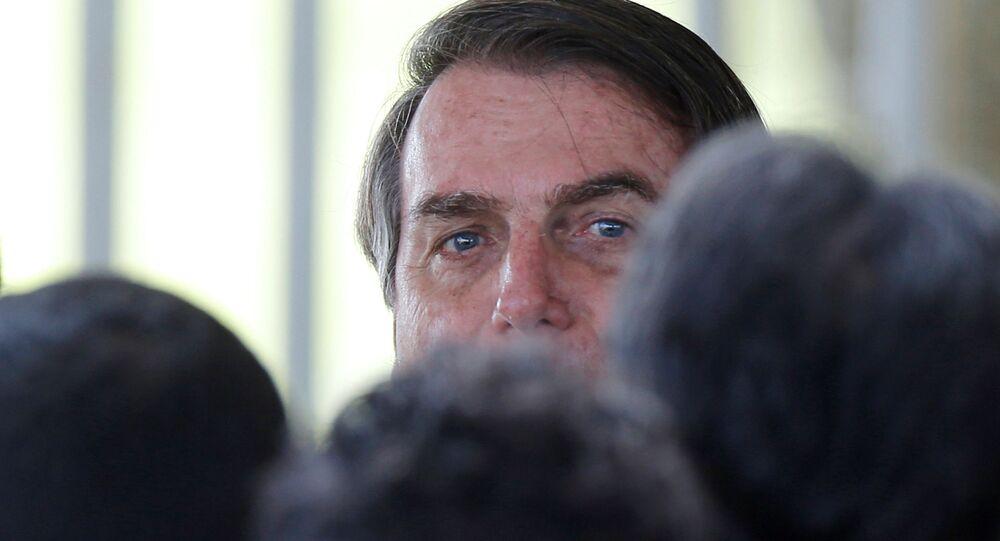 Presidente do Brasil, Jair Bolsonaro, durante reunião com apoiadores, na saída do Palácio da Alvorada, em Brasília, 13 de abril de 2020