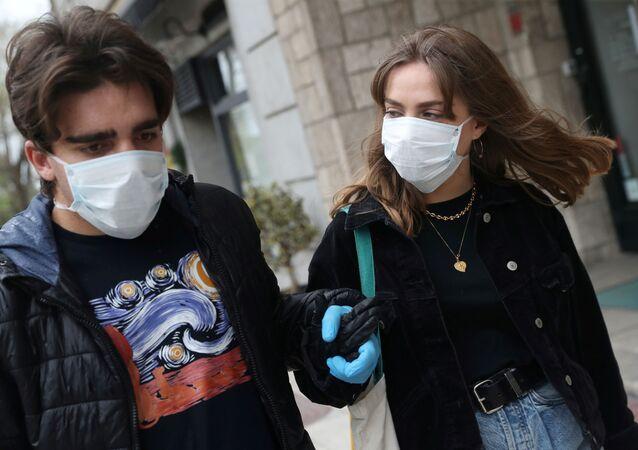 Marco Donoso del Bufalo, 20 anos, um jovem no espectro do autismo, dá as mãos com sua irmã Irene, 22 anos, enquanto fazem sua caminhada diária durante o isolamento em meio ao surto de coronavírus (COVID-19) em Madri, Espanha, 9 de abril de 2020