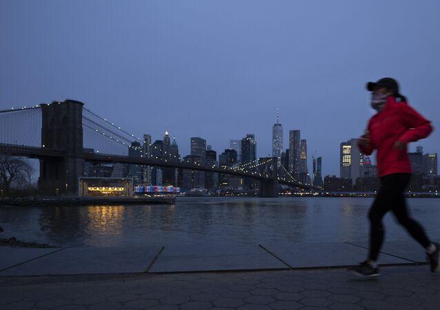 Corredora faz exercícios em Nova York em meio à pandemia de COVID-19.