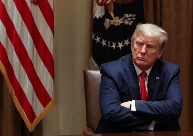 Presidente dos EUA, Donald Trump, durante reunião com executivos do setor de saúde, na Casa Branca, em Washington, 14 de abril de 2020