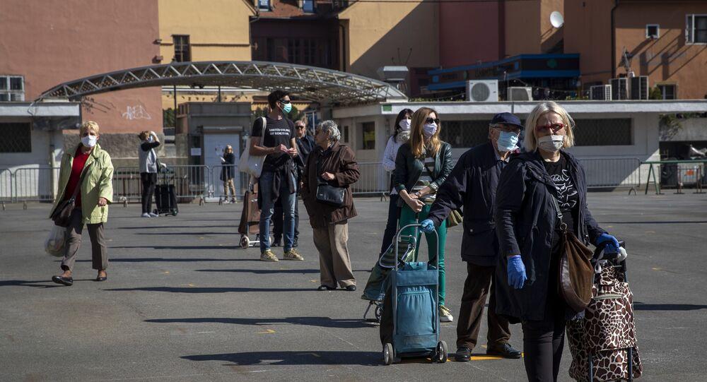 Clientes com máscaras contra o coronavírus aguardam em fila de mercado na Croácia