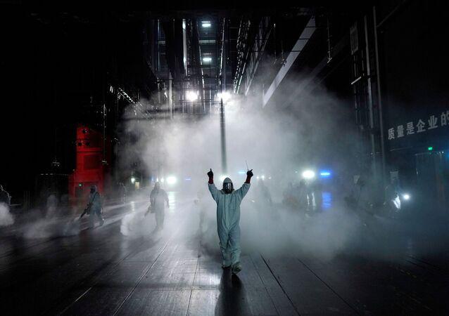 Voluntários desinfetam teatro em Wuhan, província de Hubei, o epicentro do coronavírus, 2 de abril de 2020