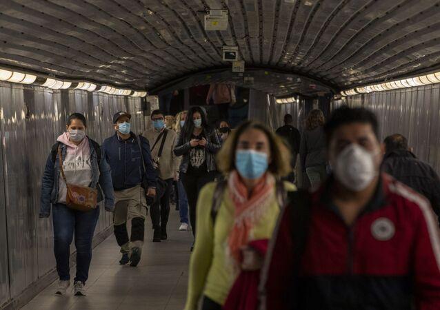Passageiros usam máscaras para se proteger do novo coronavírus em uma estação de metrô de Barcelona, na Espanha.