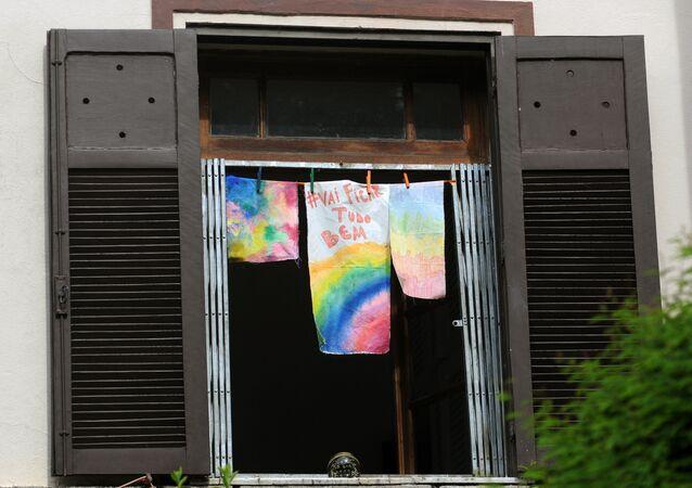 Uma mensagem otimista dizendo Tudo vai ficar bem é vista em janela de uma residência no Alto da Boa Vista, zona norte do Rio de Janeiro, Brasil, 15 de abril de 2020