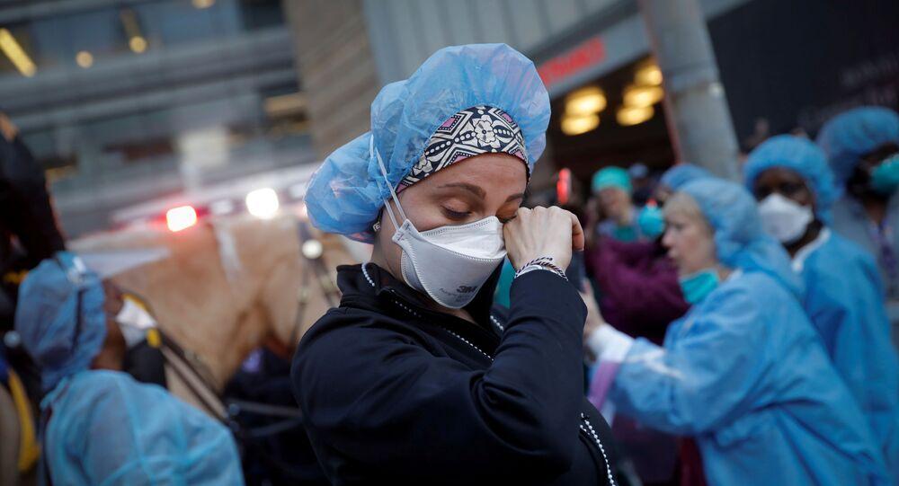 Enfermeira chora em centro médico de Nova York, EUA, 16 de abril de 2020
