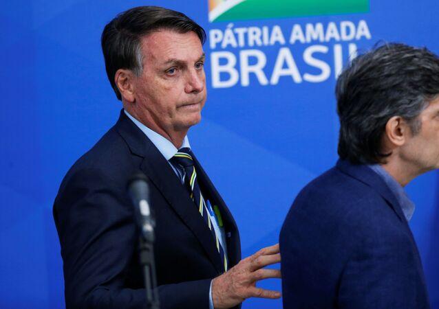 Presidente Jair Bolsonaro após anunciar nomeação do novo ministro da Saúde, Nelson Teich, 16 de abril de 2020