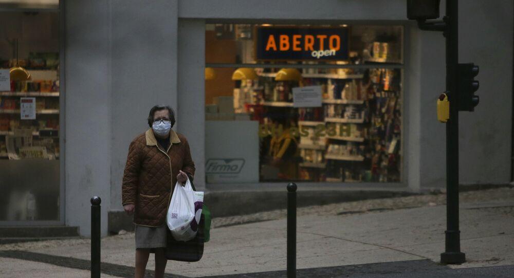 Mulher com máscara para se proteger do coronavírus em Lisboa, Portugal