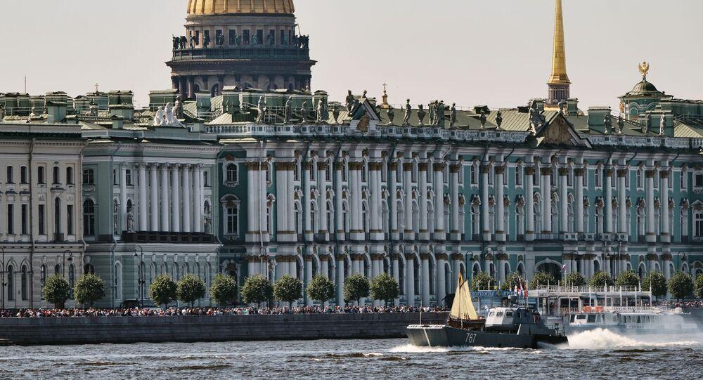 Museu Hermitage, às margens do rio Neva, em São Petersburgo, na Rússia