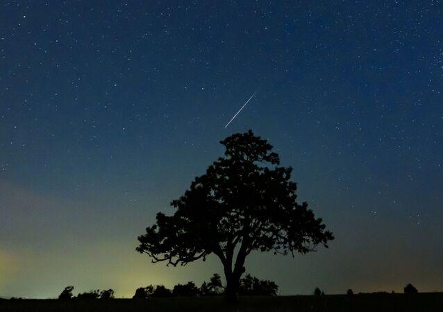 Um meteoro Perseida ilumina o céu acima de Salgotarjan, Hungria, manhã de 13 de agosto de 2019