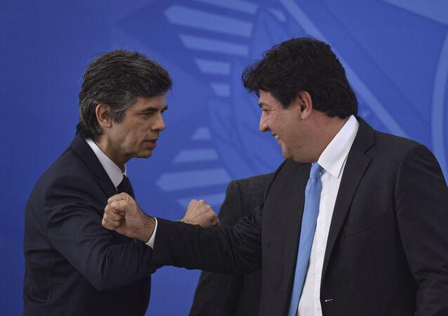 Nelson Teich cumprimentando o ex-ministro da Saúde, Luiz Henrique Mandetta, seu antecessor na chefia da pasta (arquivo)