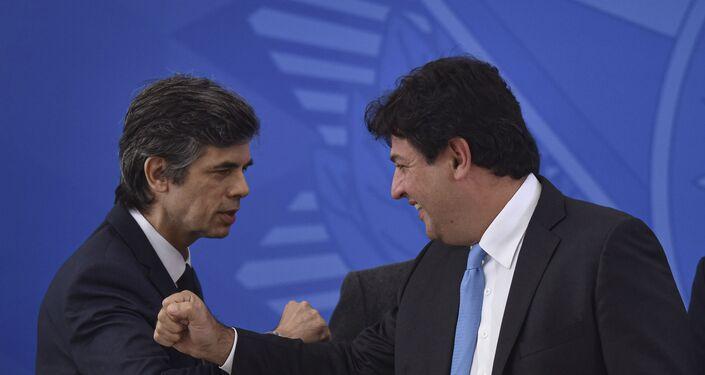 Nelson Teich (à esq.), cumprimenta o ex-ministro da pasta, Luiz Henrique Mandetta