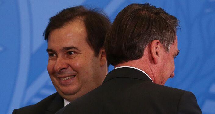 Rodrigo Maia e o presidente Jair Bolsonaro durante evento no Planalto