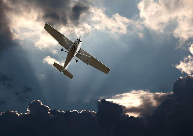 Aeronave monomotora durante voo (imagem referencial)