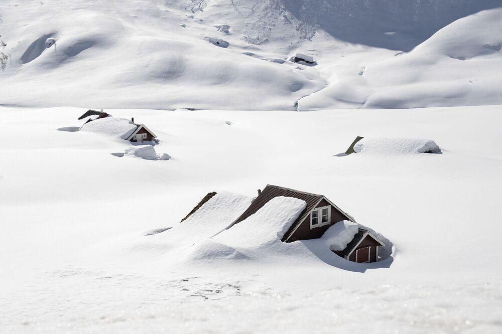 Casas sob neve em Vikafjellet, no leste da Noruega, em meio à pandemia, 10 de abril de 2020