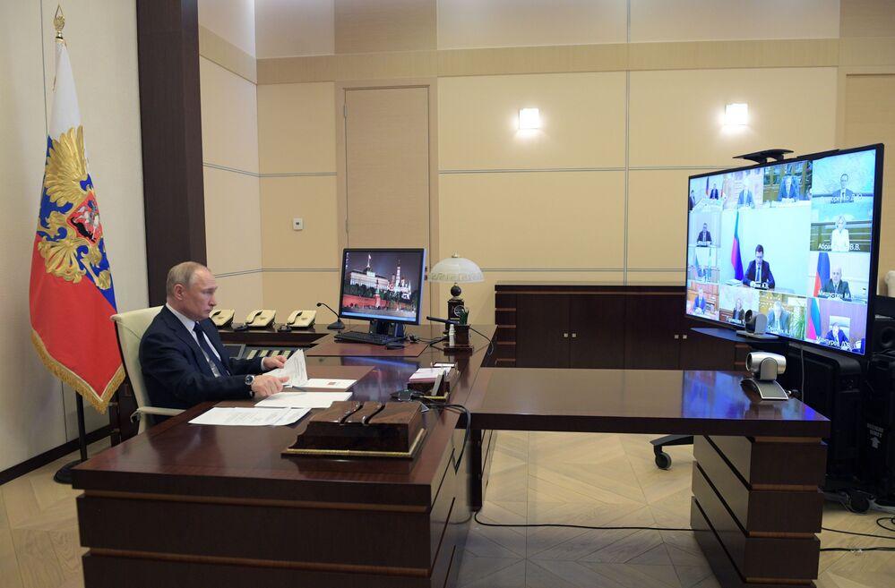 Presidente russo Vladimir Putin durante reunião por videoconferência em meio à pandemia