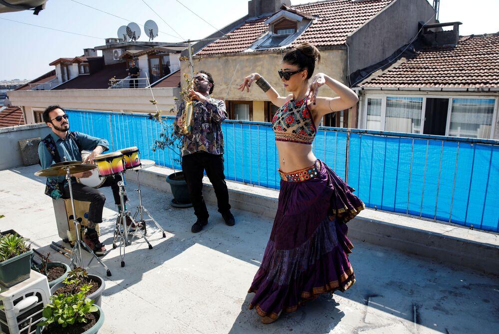 Dançarina Su Sevda Uzun se apresenta em terraço de casa durante a pandemia do coronavírus, em Istambul, Turquia, 13 de abril de 2020