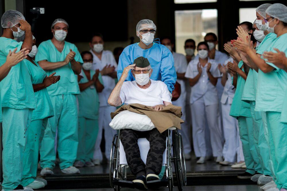Militar brasileiro de 99 anos de idade, Ermando Armelino Piveta, que serviu no 4º Regimento de Artilharia Montada, deixa o Hospital das Forças Armadas, em Brasília, após ser tratado da COVID-19, 14 de abril de 2020
