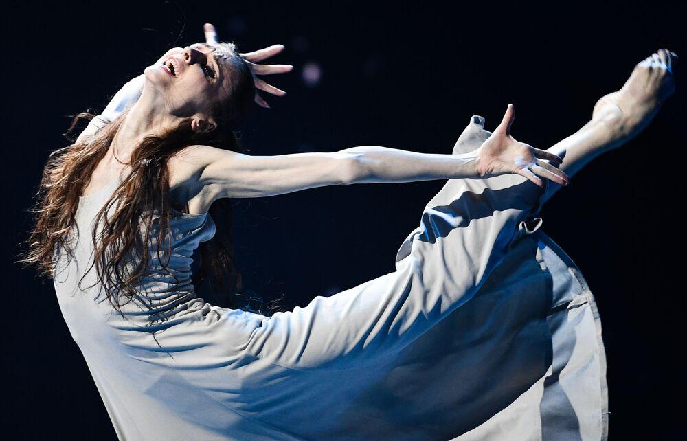 Bailarina Svetlana Zakharova durante concerto beneficente no palco do Teatro Bolshoi, em Moscou, Rússia