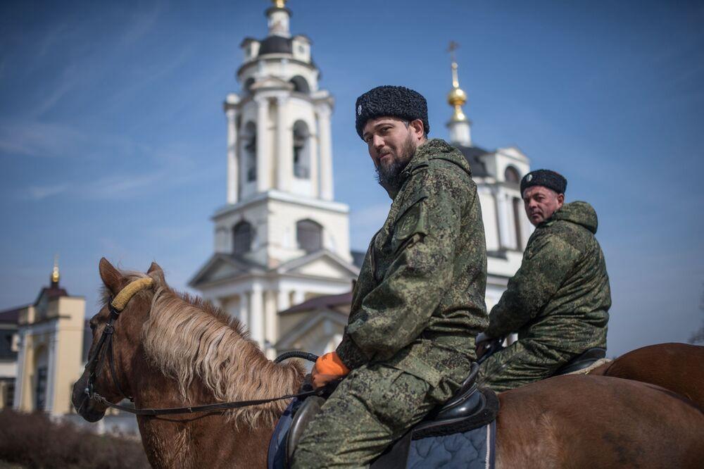 Cossacos durante patrulha de rua na região de Moscou na Rússia