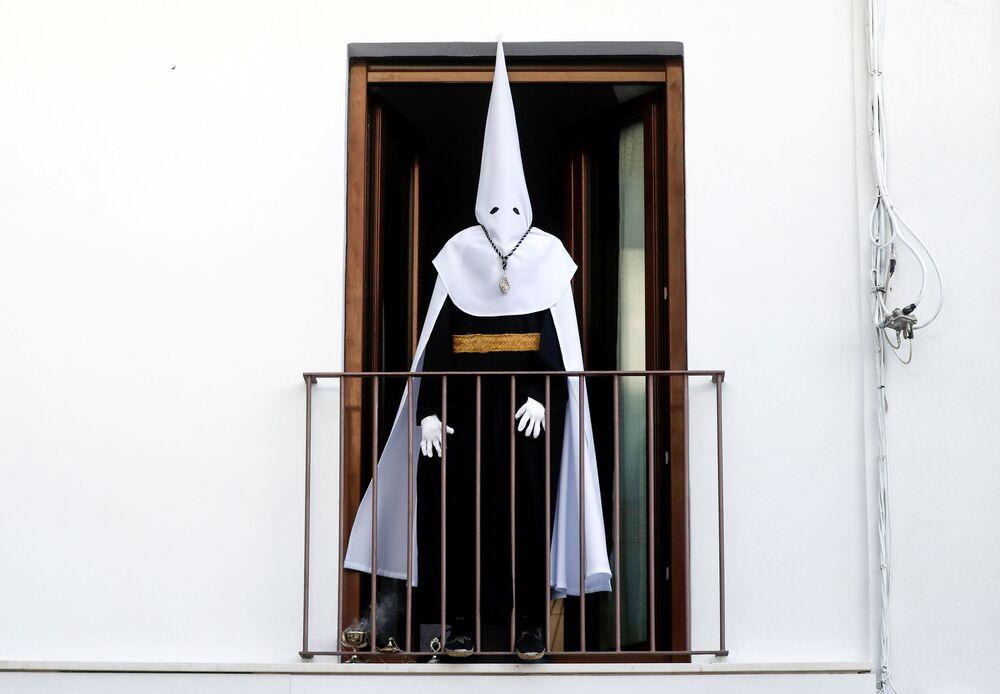 Vestes de penitente na varanda de uma casa após cancelamento de procissão em meio à epidemia do coronavírus, durante a Semana Santa em Ronda, no sul da Espanha, 10 de abril de 2020
