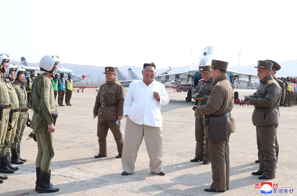 Líder norte-coreano Kim Jong-un durante visita a unidade de defesa antiaérea, com um grupo de aviões de assalto em Pyongyang, na Coreia do Norte, foto sem data divulgada a 12 de abril de 2020