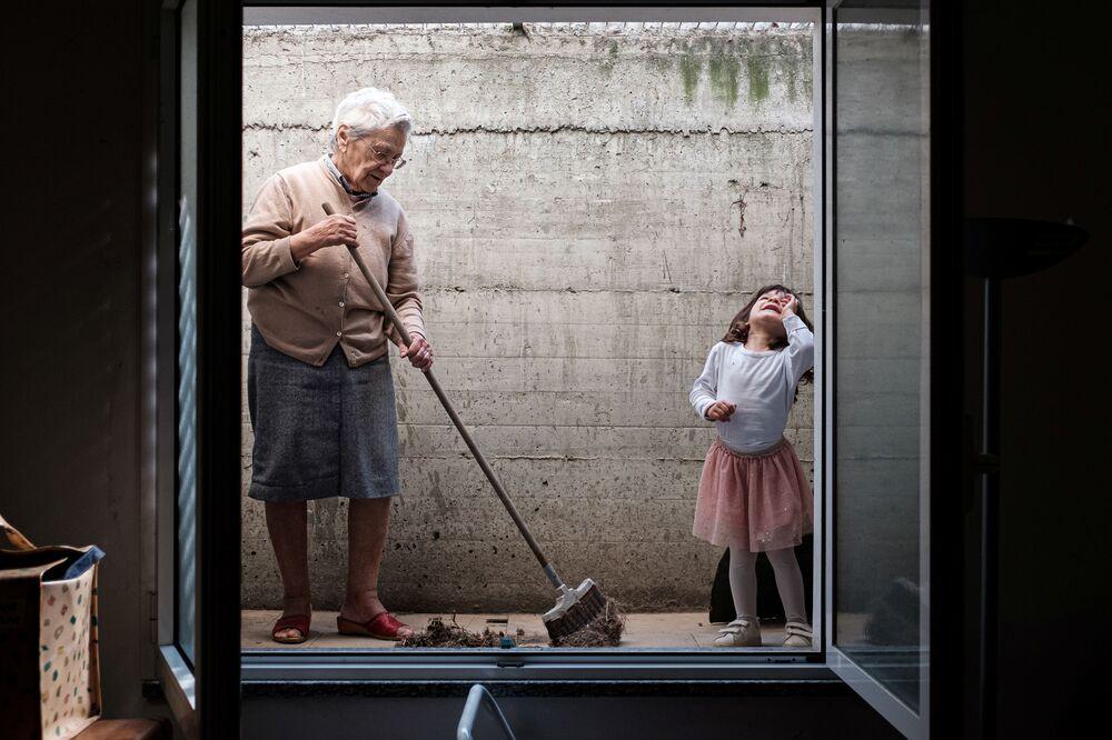 Garota de 2 anos e sua avó de 85 anos durante isolamento em meio à pandemia em San Fiorano, na Itália