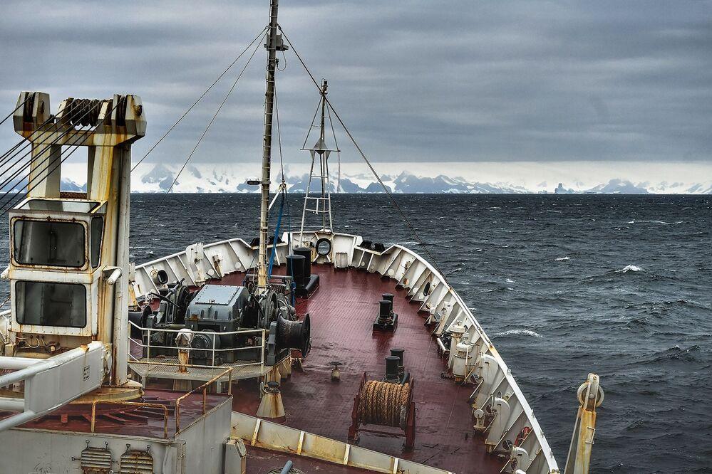 Costa da ilha Alexandre I, no mar de Bellingshausen, observada durante expedição de volta ao mundo no navio de pesquisa russo Almirante Vladimirsky