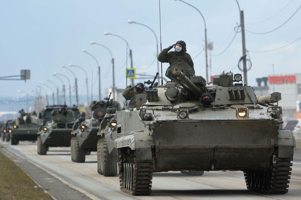 Comboio de veículos militares do Distrito Militar Central no ensaio do desfile do Dia da Vitória em Ekaterinburgo , dedicado à comemoração dos 75 anos da vitória na Grande Guerra pela Pátria