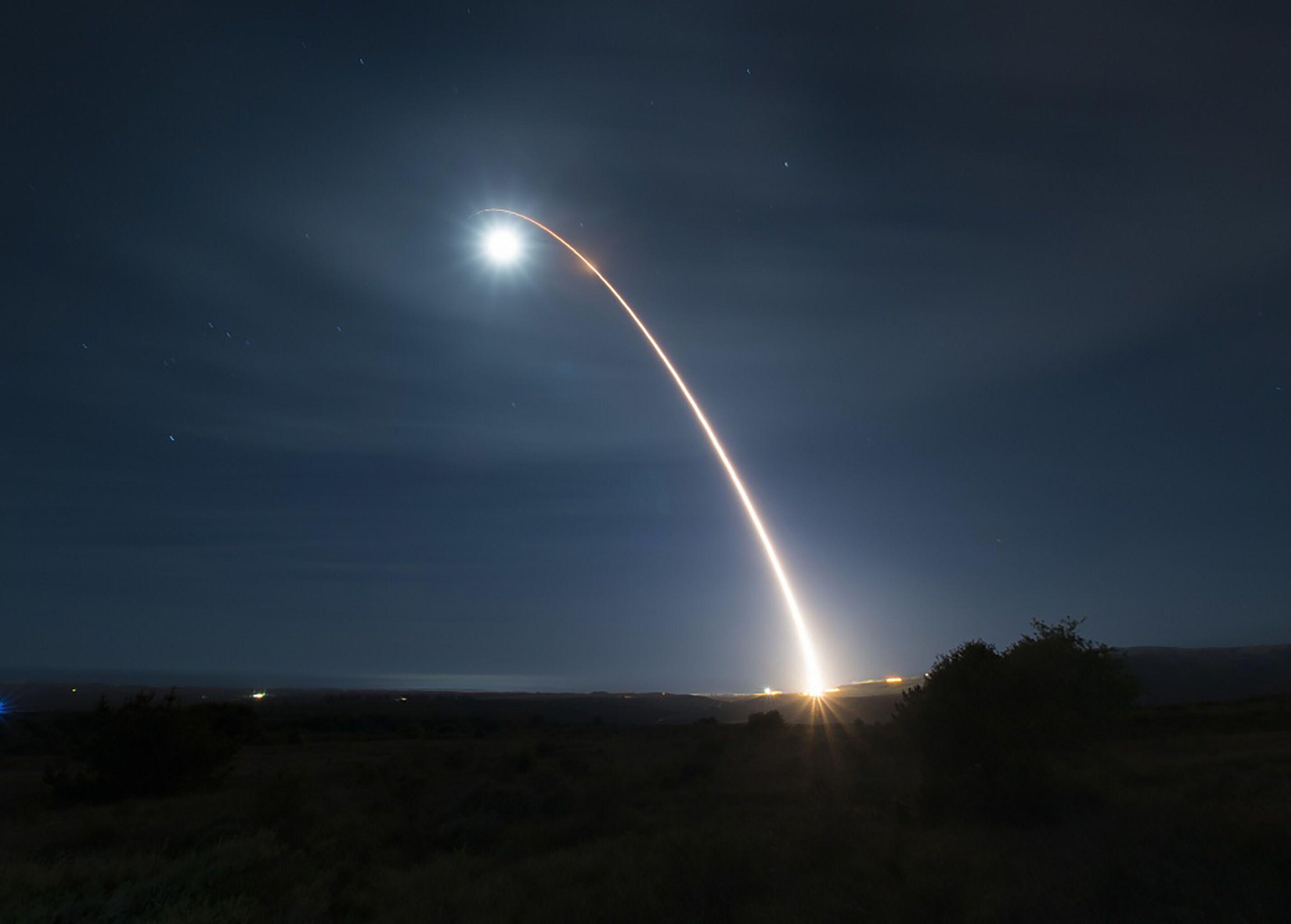 Lançamento de um míssil balístico intercontinental Minuteman III desarmado durante um teste de desenvolvimento na Base da Força Aérea de Vandenberg, Califórnia, 5 de fevereiro de 2020