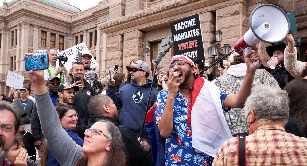 Manifestantes protestam contra ordens de isolamento social devido ao coronavírus em Austin, no Texas (EUA)