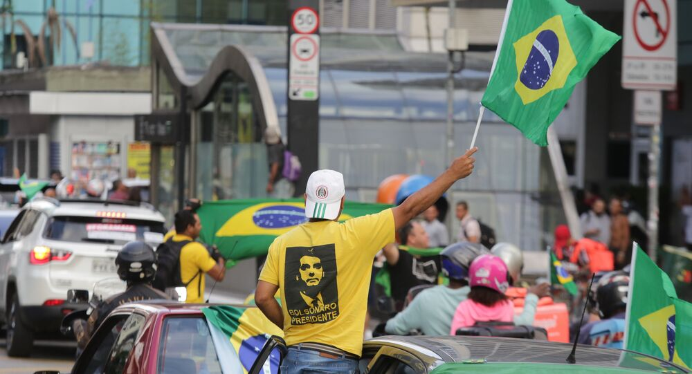 Apoiadores do presidente Bolsonaro fazem carreata na Avenida Paulista, em São Paulo, a favor da reabertura do comércio