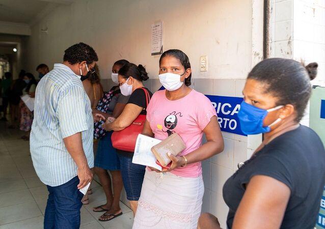 Mato-grossenses usando máscaras (foto de arquivo)