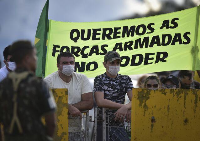 Ato em Brasília pede fim do isolamento social diante de epidemia do coronavírus e uma intervenção militar