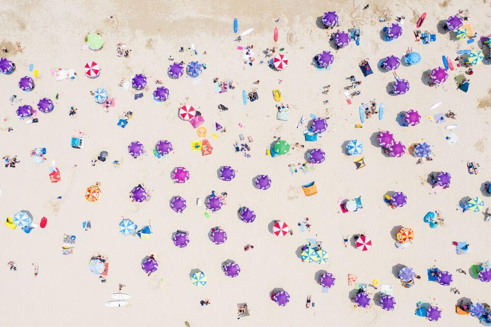 Imagem aérea mostra pessoas se reunindo em uma praia em Hong Kong em meio à pandemia, 19 de abril de 2020