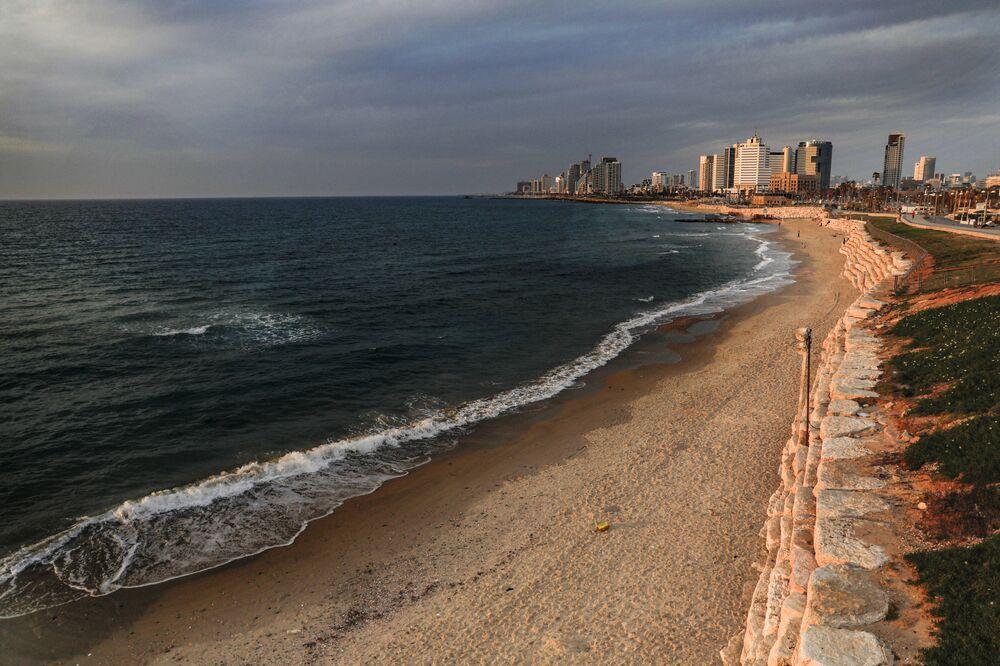 Praia vazia na cidade mediterrânea de Jaffa, em Israel, durante isolamento social devido à pandemia do coronavírus, 15 de abril de 2020