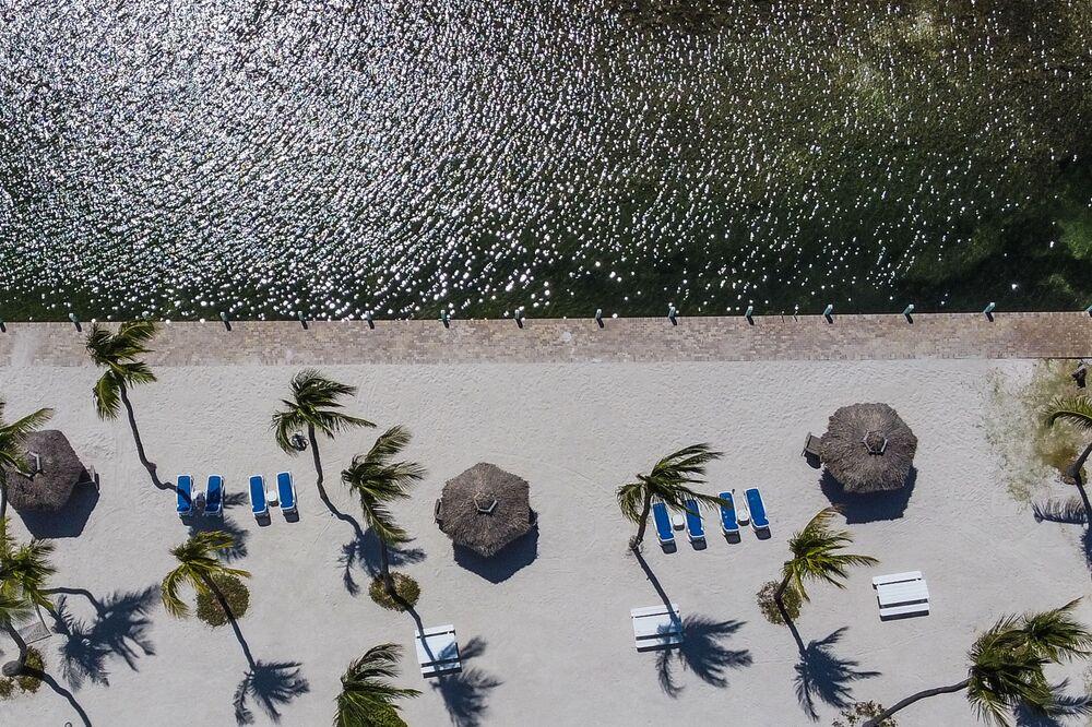 Vista aérea mostra praia deserta em Windley Key, ao sul de Miami, durante pandemia do coronavírus, 22 de março de 2020
