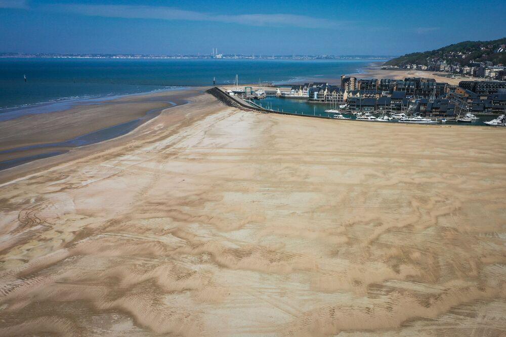 Praia deserta de Deauville durante pandemia, no oeste da França, 19 de abril de 2020