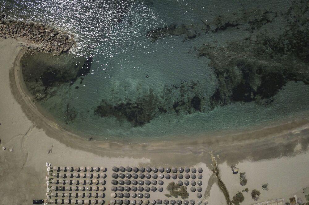 Praia da zona costeira de Atenas, vazia para conter a propagação da COVID-19, 11 de abril de 2020