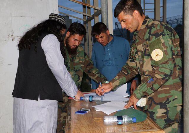 Prisioneiro do Talibã recém-libertado espera por processo na prisão de Bagram, ao norte de Cabul, Afeganistão, 11 de abril de 2020