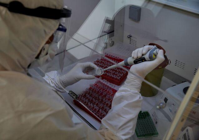 Biólogo trabalha em amostras de tubos de ensaio para detectar coronavírus em laboratório de Istambul, Turquia, 14 de abril de 2020