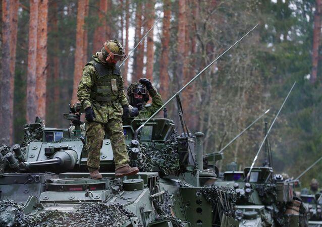 Tropas canadenses do agrupamento reforçado de Presença Avançada da OTAN participam do exercício militar Steele Brawler durante o surto do coronavírus perto de Daugavpils, na Letônia, em 15 de abril de 2020