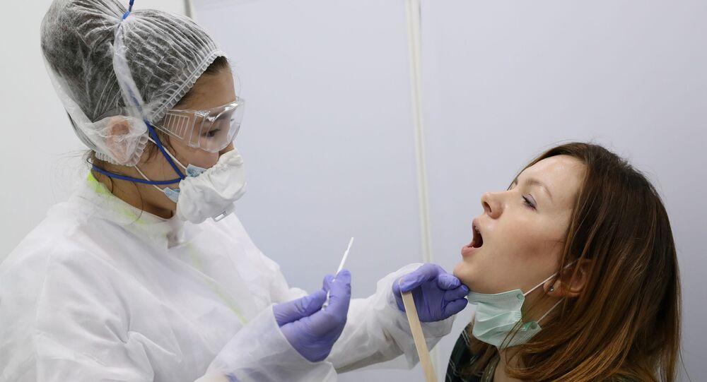 Mulher realizando teste da COVID-19 em Moscou (foto de arquivo)