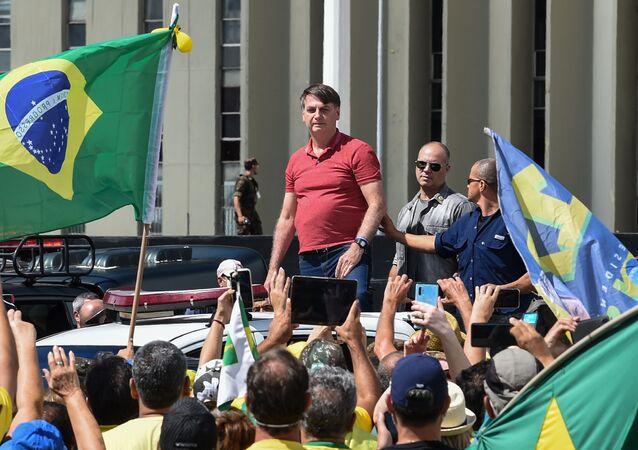 Presidente do Brasil, Jair Bolsonaro, em manifestação em frente ao Quartel-General do Exército que pedia intervenção militar, discursa para presentes