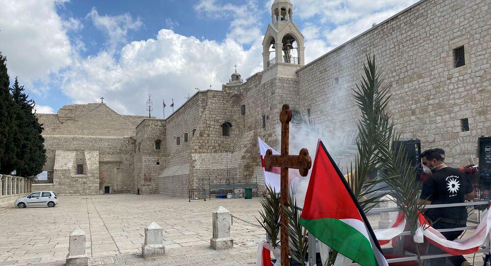 Cristãos ortodoxos celebram o Domingo de Ramos em meio à preocupação com a disseminação do coronavírus, na Cisjordânia ocupada por Israel, 12 de abril de 2020