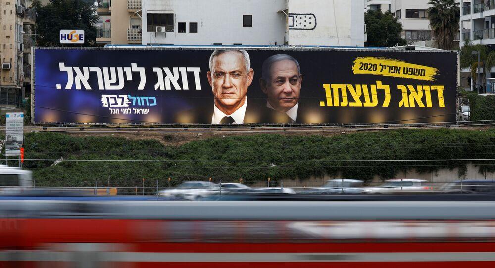 Tráfego rodoviário frente a cartaz de campanha eleitoral do Partido Azul e Branco, representando o líder do partido, Benny Gantz, e o primeiro-ministro israelense Benjamin Netanyahu, Tel Aviv, 18 de fevereiro de 2020 (foto de arquivo)
