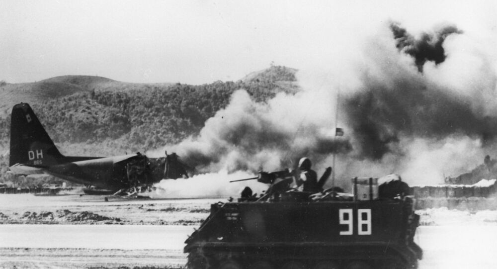 Vietnã do Sul. Avião norte-americano ardendo na pista perto da vila de Dak To, 1967