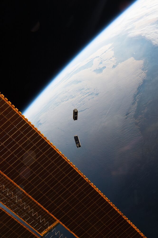 Pequenos satélites CubeSat em órbita da Terra